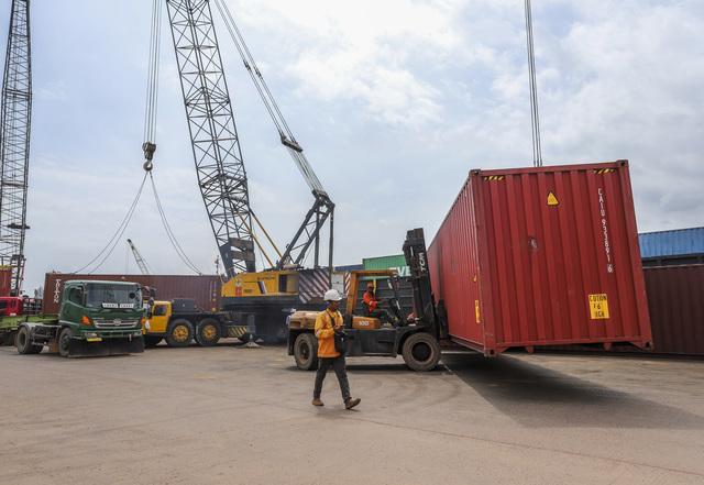 Pekerja melakukan aktivitas bongkar muat di Pelabuhan Batuampar, Batam, Kepulauan Riau, Rabu (3/2/2021).